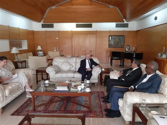 رئيس برلمانية الإصلاح ونائبه يبحثان مع السفير البريطاني آفاق الحل السياسي في اليمن