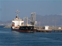 الحكومة تطالب من الأمم المتحدة تغيير مسار ترحيل الإغاثة  عبر ميناء عدن