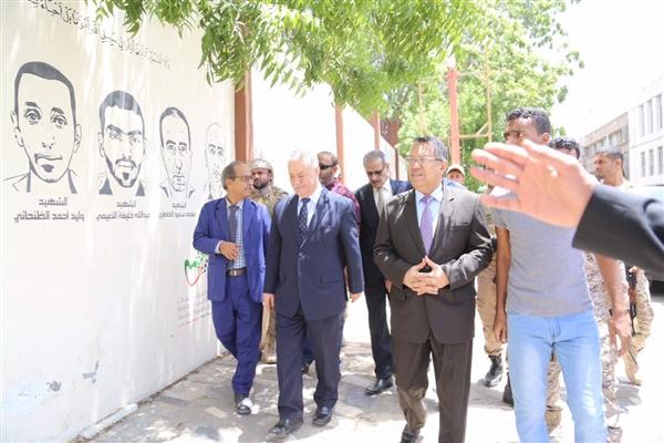 رئيس الوزراء يفتتح جدارية