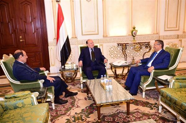 الرئيس هادي يعقد اجتماعاً بنائبه ورئيس الحكومة لمناقشة مستجدات الأوضاع العسكرية والتنموية