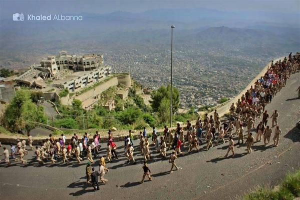 عرض عسكري في أعلى قمة صبر  استعداداً لتعزيز جبهات تعز