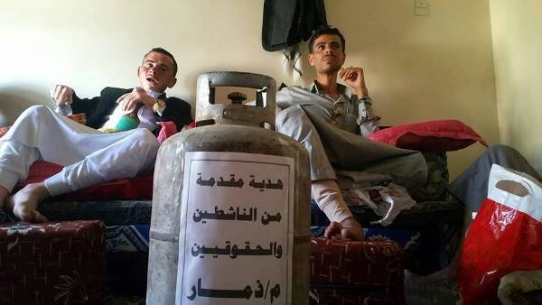 للمرة الثانية.. مواطنون يهدون عريسان أسطوانة غاز في حفل زفافهما بمدينة ذمار