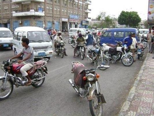 القبض على أحد أفراد عصابة متخصصة بخطف حقائب وجوالات النساء في عدن(صورة)