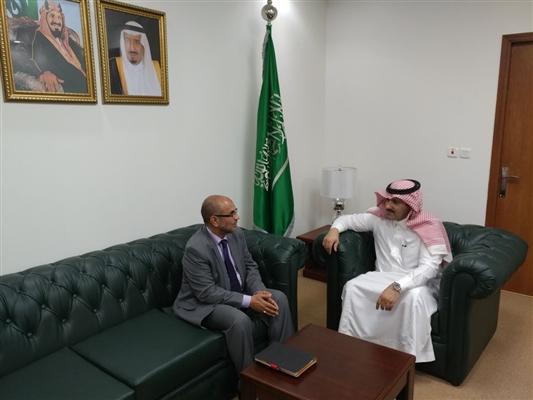 الوزير السعدي يلتقي آل جابر ويثمن دعم المملكة لليمن في الجوانب التنموية والإنسانية