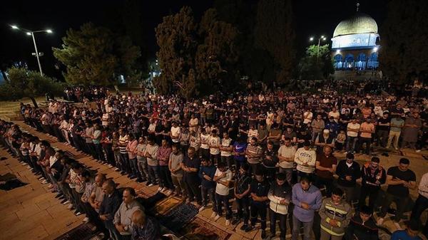 عشرات آلاف المقدسيين يؤدون بالأقصى أول صلاة تراويح هذا العام
