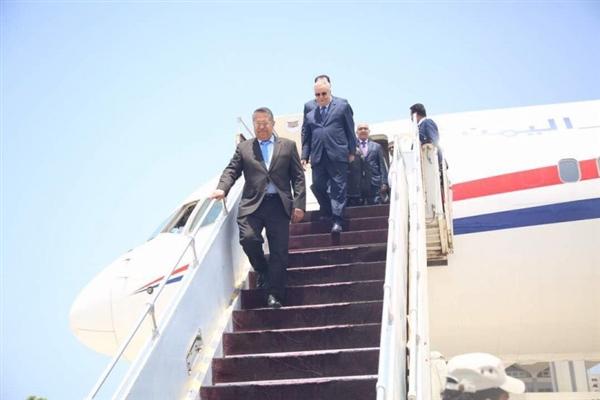 رئيس الوزراء يعود إلى العاصمة المؤقتة عدن ويبشر بنصر مؤزر خلال الايام القادمة