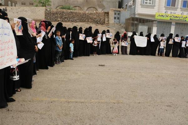 محتجون أمام قصر المعاشيق بعدن يطالبون الرئيس بسرعة التدخل للإفراج عن المختطفين