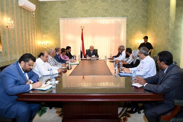 الرئيس يعقد اجتماعاً بقيادة كهرباء عدن ويكشف عن مشروع استراتيجي لكهرباء المحافظة