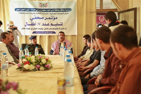 بعد أسرهم في صفوف الحوثيين وإعادة تأهيلهم..  مأرب تُعيد 7 أطفال إلى ذويهم