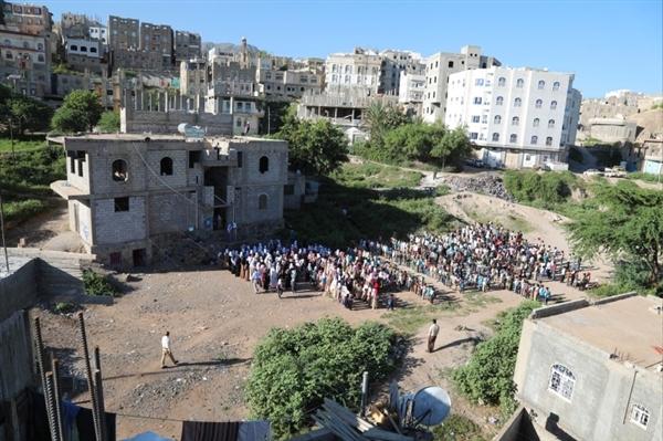 معلم في تعز يحول منزله إلى مدرسة تحتضن 700 طالب وطالبة (مشاهد مصورة)
