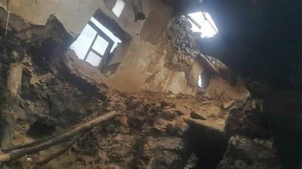 وفاة امرأة وابنتها وإصابة بقية أفراد الأسرة بتهدم منزل في حجة جراء الأمطار