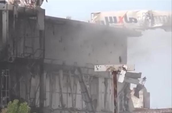 قذائف حوثية تدمر مركزاً تجارياً في الحديدة