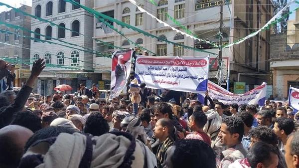 محتجون في إب ينددون بالفوضى الأمنية ويطالبون بالقبض على قتلة أحد وجاهات المدينة