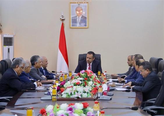 الحكومة تحذر البنوك ومحلات الصرافة من التماهي مع سياسة الحوثي التدميرية للاقتصاد