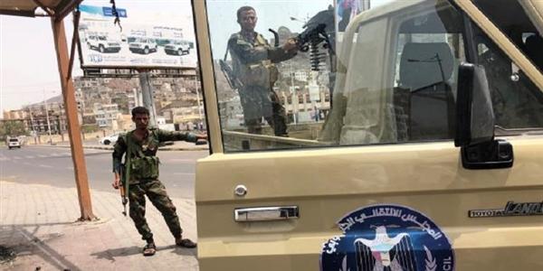 مسلح تابع للانتقالي يقتل شخصاً ويصيب 4 آخرين في أحد أسواق عدن