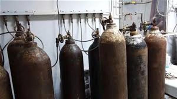 مليشيات الحوثي تتاجر بمعاناة المواطنين وتبيع الأكسجين بالسوق السوداء