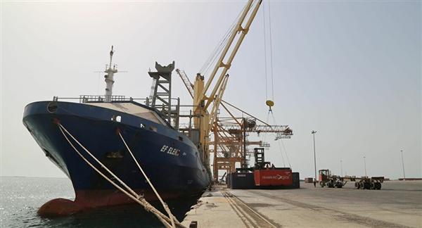 دخول سفن وقود إلى ميناء الحديدة والحكومة تتهم الحوثي بالمتاجرة بمعاناة السكان