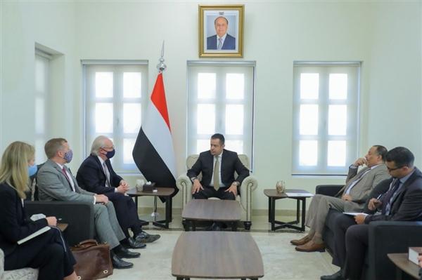 رئيس الوزراء يستقبل المبعوث الأمريكي ويشدد على دور المجتمع الدولي في دعم السلام في اليمن