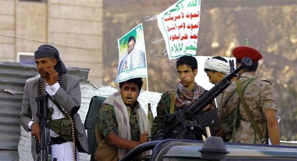 مليشيا الحوثي تضيُق على موظفي المؤسسات الحكومية وتستبدلهم بعناصرها